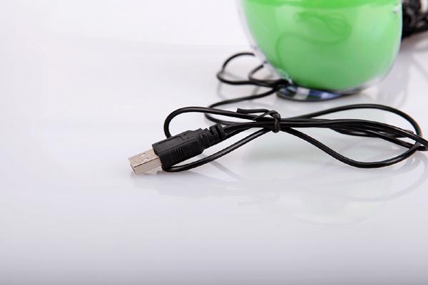 苹果形状的七彩音箱USB接口
