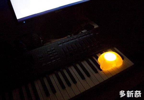 荷包蛋拍拍灯黑色发光