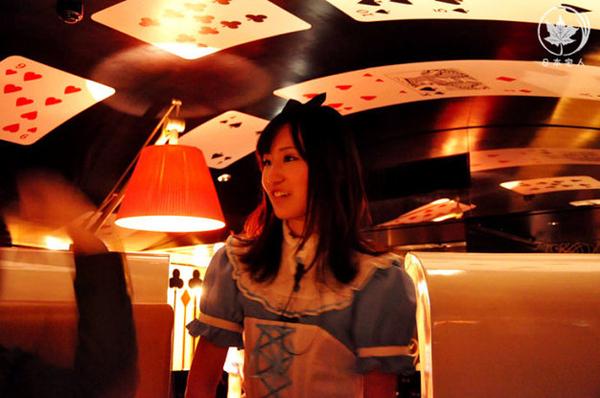 餐厅中扮演爱丽丝的MM