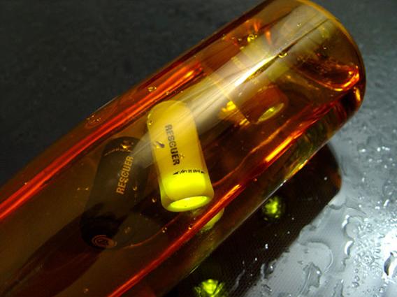 USB充电防水小电筒大水中