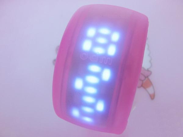 果冻色的手镯表