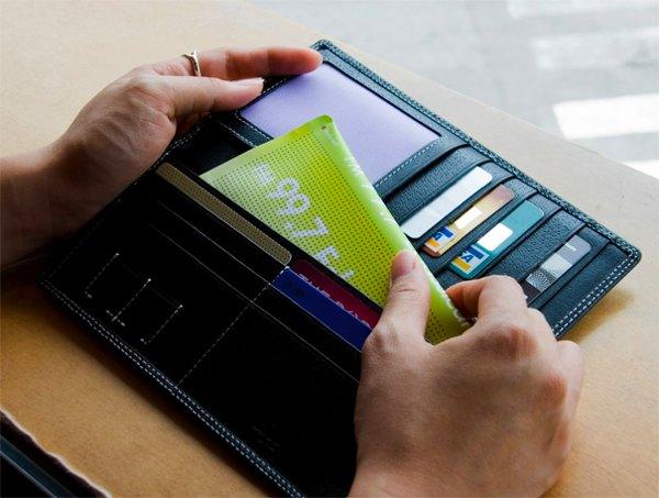 Flexio 太阳能收音机放在钱包