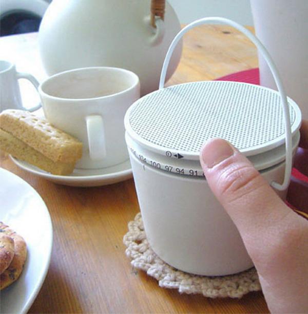 餐桌上的收音机
