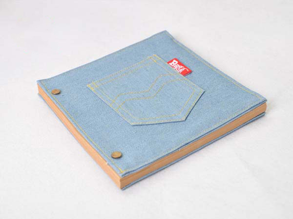 牛仔裤包皮的笔记本