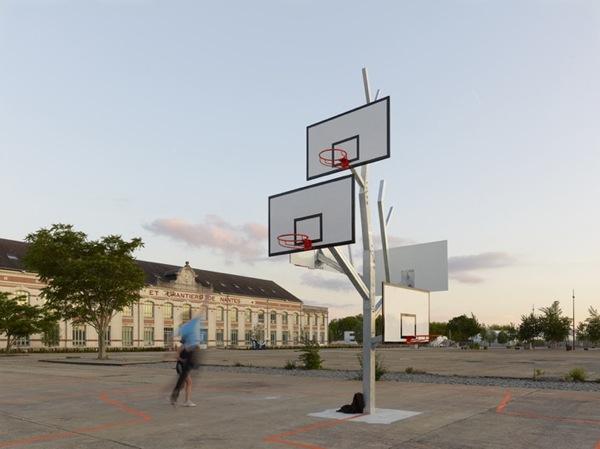 有爱的多篮球框的篮球树