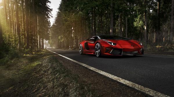 驰骋在森林路上的红色mansory跑车