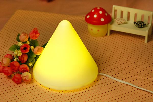 暖黄色发光小夜灯