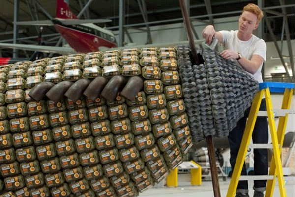 6500个鸡蛋盒打造的喷气式飞机(二)