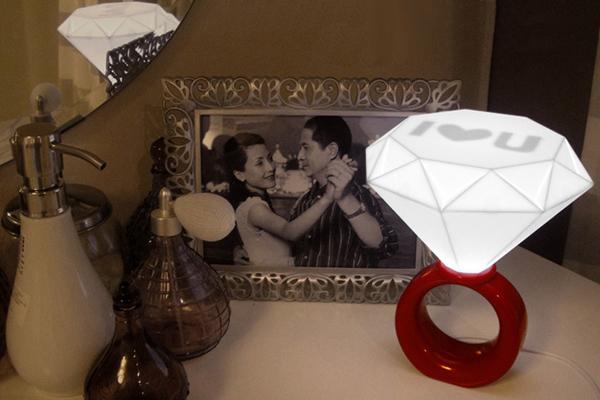 带表爱情的钻石戒指灯
