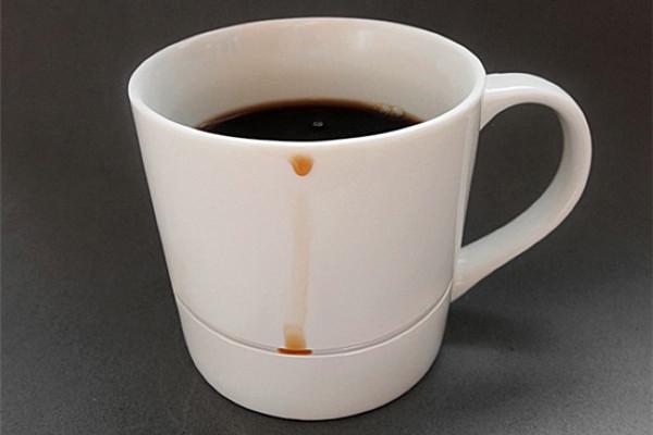 保护桌面的咖啡杯