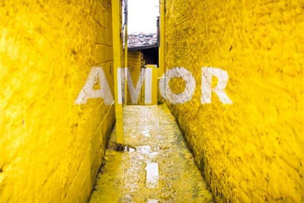 个性小巷漂浮涂鸦