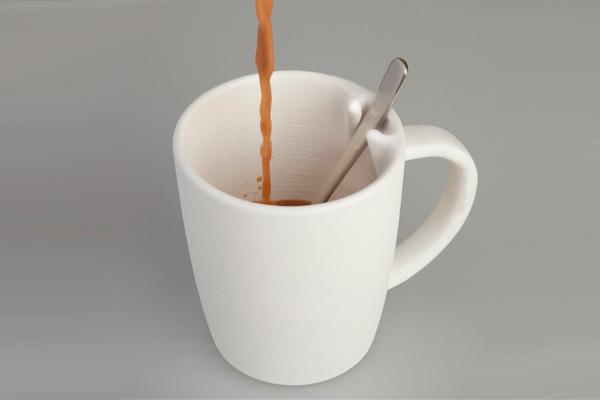 固定勺子的咖啡杯