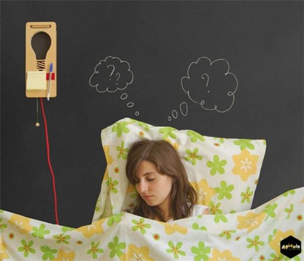 抓住睡前灵感的床头灯