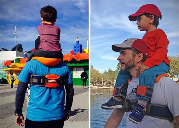 一起快乐玩耍的儿童肩椅(四)