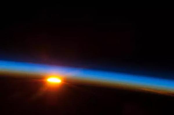 太空看日出日落