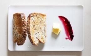 享受生活 将面包立起来的盘子