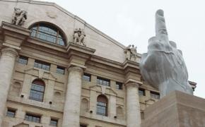 米兰Affari中央广场的中指雕塑