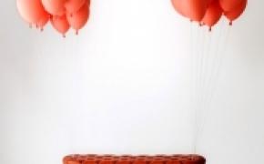气球带起来漂浮的板凳