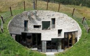 建在山坡上的屋子